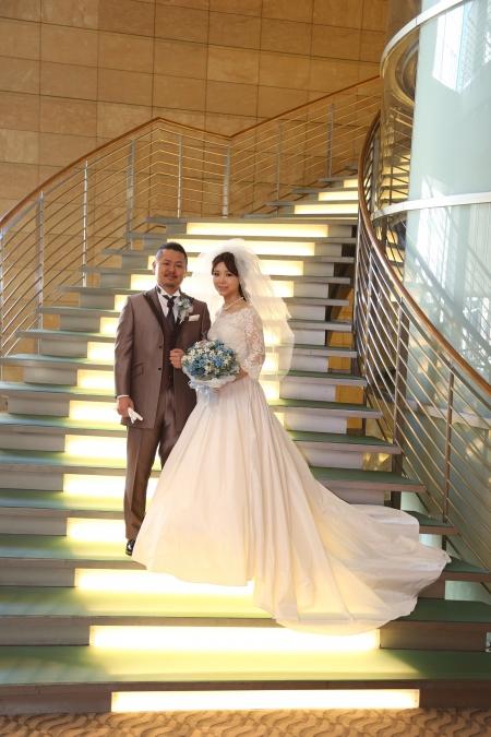 グランドハイアット東京他東京・横浜・千葉・埼玉のホテル・結婚式場でのウェディングドレス・和装・タキシード・レンタル衣装一式なら東衣装店・ブランビジュー・azuma-dressへお任せください。ウェディングドレス・色打掛・振袖は東京都内随一の豊富な品揃えとインポート・Aライン・オフショルダー・ロングトレーンなど沢山のデザインがあります。提携会場はもちろん、提携会場以外への持ち込みも益々増加し、簡単なシステムでご利用・手配できます。ぜひ東衣装店・ブランビジュー・azuma-dressにご来店お待ち申し上げます。こちらの画像は袖付きレンタルウェディングドレス・ビスチェ・ベアトップタイプとタキシード。お客様の声(画像)です。